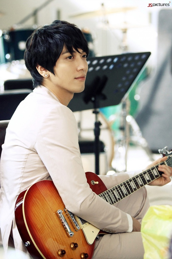 http://oneasiaa.files.wordpress.com/2011/06/heartstrings_yonghwa2.jpg